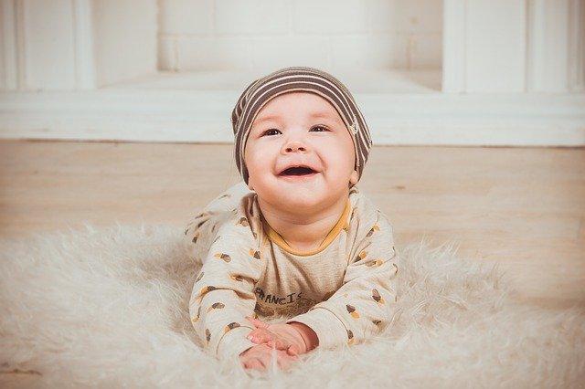 photo bébé qui rigole