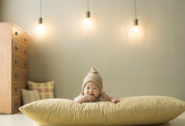 photo bébé sur un pouffe