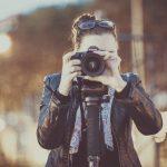 femme avec un appareil photo sur trépied